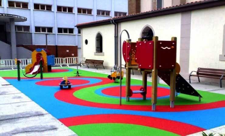 42f9d361df7 Instalación de parque infantil suelos de caucho columpios toboganes